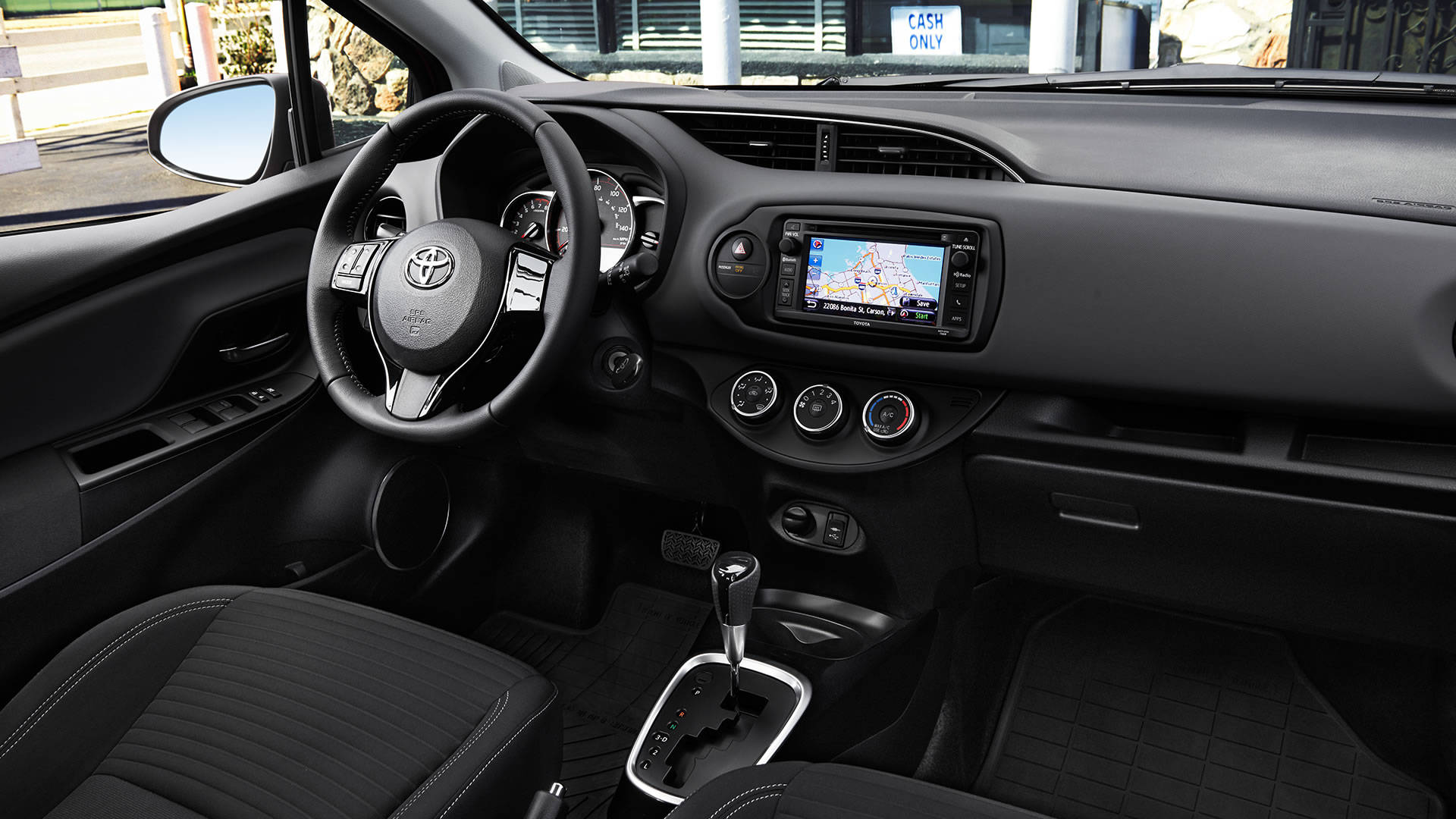 2017 Toyota Yaris Leather-trimmed steering wheel and shift lever